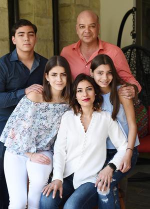 Javier Barba y Lorena Sagarena con sus hijos Timoteo Frida y Silvana