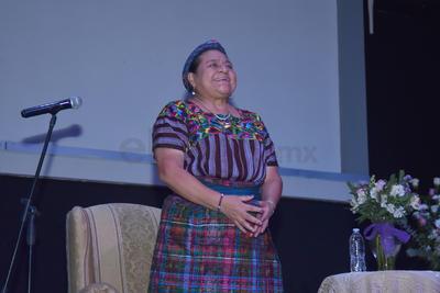 Aunque con casi una hora de retraso, los asistentes al evento esperaron la llegada de la conferencista quien llegó acompañada por la alcaldesa de Lerdo, María Luisa González Achem, en medio de aplausos y una fuerte ovación.