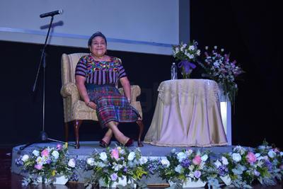 Cientos de laguneros abarrotaron el Teatro Centauro de Ciudad Lerdo para escuchar la Conferencia Magistral que ofreció el Premio Nobel de la Paz 1992, Rigoberta Menchú Tum.