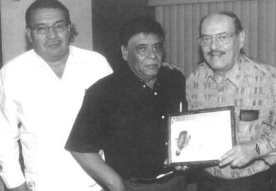 11032018 Locutor Lozoya y Ramón Salas Páez recibiendo reconocimiento por 75 años de Locutor en radiofusoras locales.