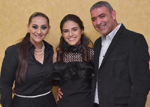 11032018 MUCHAS FELICIDADES.  Andrea Prado Ramírez con sus tíos, Mayela y César.
