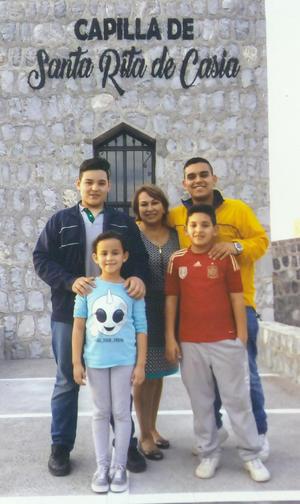 11032018 EN FAMILIA.  Lilia E. de Hoyos en compañía de sus nietos, César, Marcelo, Franco y Jimena.