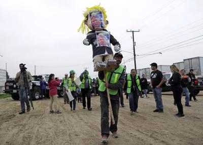 Del lado de México, en Tijuana, se realizaron protestas en contra del plan del muro donde familias salieron con carteles en los que expresan su rechazo.