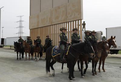 Elementos de seguridad en el encuentro de Trump con los agentes migratorios.