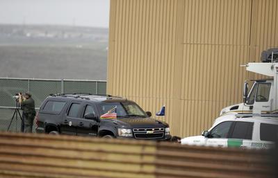 Trump recorrió los ocho prototipos ya construídos del muro en la frontera.