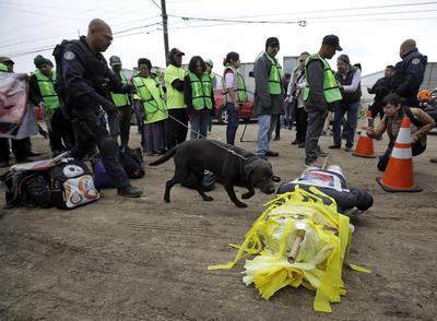 En Tijuana decenas de mexicanos salieron a protestar en rechazo al muro.