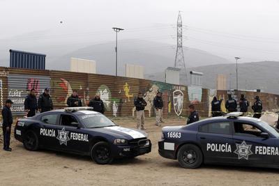 Elementos de la Policía Federal en la frontera Tijuana - Estados Unidos montaron un operativo.