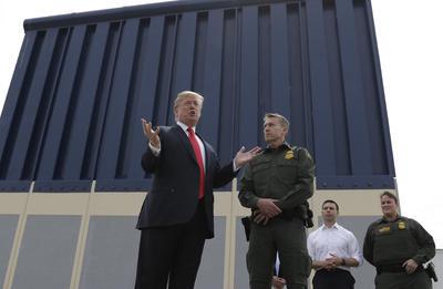 El presidente Donald Trump viajó a San Diego, California para supervisar los prototipos de muro ya construidos.