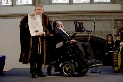 En 1982 Hawking fue condecorado con la Orden del Imperio Británico. Asímismo cuenta con otras 22 distinciones que datan desde 1966 hasta el 2015.