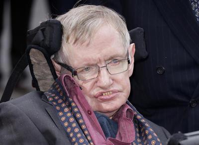 De acuerdo al mismo diario, falleció durante la mañana del miércoles (noche en México) en su hogar en Cambridge, Inglaterra.