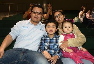 14032018 CELEBRA SU CUMPLEAñOS.  Christian Arat Giacomán acompañado de sus hijas, Alessandra y Camila.