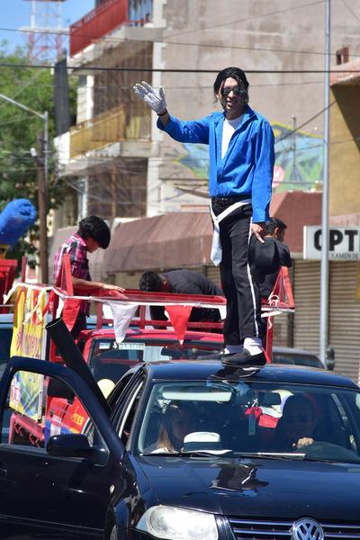 Un hombre personificando a Michael Jackson durante el desfile de la primavera.