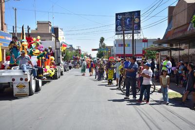 Familias y transeúntes se aproximaron para presenciar el desfile.