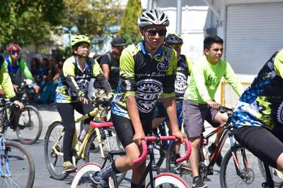 Ciclistas realizaron su recorrido junto al tradicional desfile.