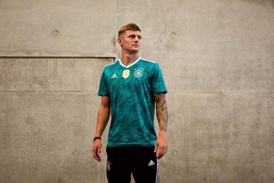 Uniforme de visitante de Alemania, actual campeona del mundo.