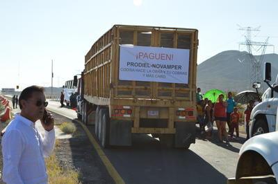 Ejidatarios de San Juan de Villanueva, en el municipio de Viesca, acompañados de representantes de empresas subcontratadas en la construcción del Parque Solar, se manifestaron hoy miércoles por la tarde, acusan corrupción y fraude en el proyecto.