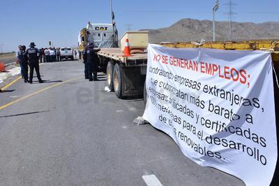 """Los manifestantes piden en sus pancartas """"no contratar empresas extranjeras que buscan mano de obra barata""""."""