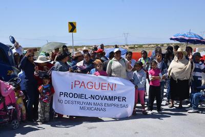 Ejidatarios apoyan a trabajadores que no han recibido su pago.