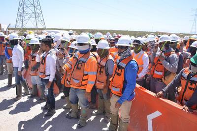 Trabajadores exigen una negociación con el gobernador del Estado o con unas de las empresas encargadas del proyecto.