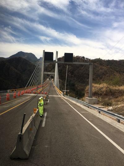 Un accidente de una pipa cargada con combustible que se incendió, ocasionó daños severos en el puente El Carrizo.