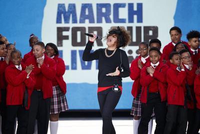 Andra Day participó junto con alumnos de una escuela.