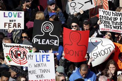 Con carteles alusivos, demandan ser escuchados.