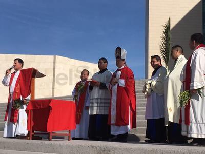 Ahí, el obispo, acompañado por el Vicario General José Luis Escamilla así como por otros sacerdotes, ofreció una celebración previa a la procesión rumbo a la catedral de Nuestra Señora del Carmen.
