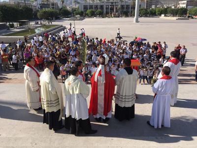 Los fieles se congregaron este domingo minutos antes de las 9 de la mañana en la explanada de la plaza.