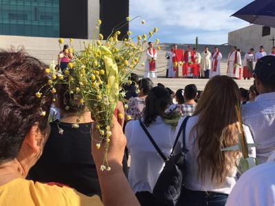 Para celebrar el Domingo de Ramos, el obispo de Torreón Luis Martín Barraza Beltrán ofreció un celebración en la Plaza Mayor en donde bendijo los ramos hechos de palma que llevaban los presentes.
