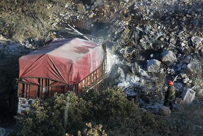 Casi 100 metros abajo estaba la pesada unidad con fuego en la cabina donde se encontraba el chofer, asimismo la carga de yeso que se le había encomendado llevar a Sinaloa se desplomó sobre el él.
