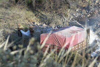 Eran las 6:30 horas cuando al C5 se reportó que un trailer había volcado y se incendiaba.