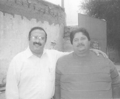 25032018 Jesús Reyes García y Ándres Mendoza Valencia (f), durante un convivio de comerciantes de La Alianza en 1980.