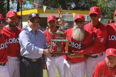 Martín Soriano recibió el trofeo de campeón pitcher.
