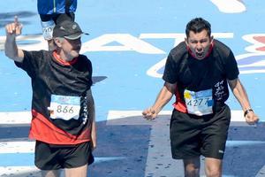 26032018 EN EL MARATóN.  Francisco y Alejandro Manzanera, llegando a la meta. Para Alejandro, fue su primer maratón.
