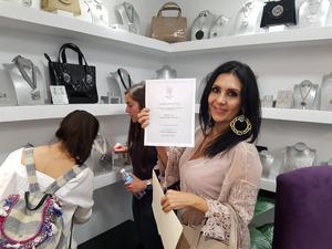 27032018 Geraldina Herrera en la tienda de Mackech y Cuzan recibiendo diploma como líder académico.