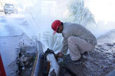 """Gran expectación causó esta mañana una """"megafuga"""" de agua potable registrada en la calzada Industria y Gustavo A. Madero, afuera de la miscelánea """"Ángel"""" en la colonia Rinconada La Unión."""