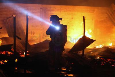 Cerca de 10 minutos después arribó al lugar el Cuerpo de Bomberos para abatir las llamas que se elevaban por encima de las bardas del albergue, amenazando los tanques estacionarios de los vecinos; mientras que las familias que estaban dentro salían paulatinamente.