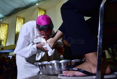 El obispo de la Diócesis de Torreón encabezó la ceremonia de Lavatorio de pies.