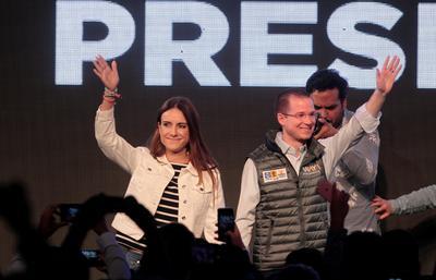 Ricardo Anaya Cortés y su esposa Carolina Martínez Franco, durante el inicio de su campaña, en Ciudad de México.