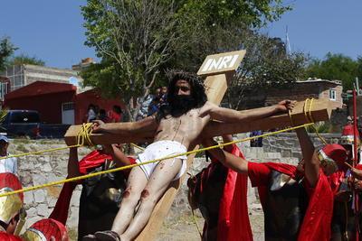 Jesús fue crucificado. Su muerte fue lenta y dolorosa.