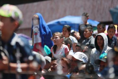 El intenso calor no fue impedimento para que alrededor de dos mil feligreses se congregaran a participar como espectadores.
