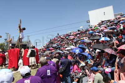 Un gran número de hombres, mujeres, niños y niñas, que no dejaron de poner atención a pesar del intenso sol.