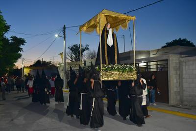 Durante la peregrinación por las calles de la entidad representando la Vía Dolorosa, se colocaron cuatro estaciones, en las cuales al paso de la Virgen Dolorosa se rezó algunos de los misterios seguidos por canciones religiosas interpretadas por el grupo Cardencheros de Sapioriz.