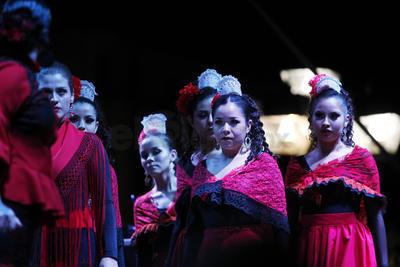 Niños, jóvenes y adultos hacían espacio para que el contingente siguiera su camino ante el crepúsculo del atardecer con la banda de guerra del Colegio Militarizado de Durango y la banda de música de Nicho Gallardo al frente.