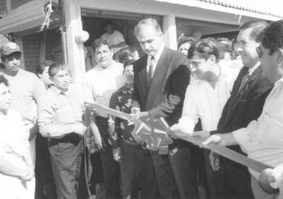 01042018 Carlos Román en la inauguración de los nuevos locales del Mercado Alianza en 1999.