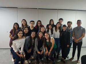 02042018 MUY CONTENTOS.  Alumnos del Semestre I junto a Valeria Padilla, en su conferencia de tendencias, y Pineda Damián,