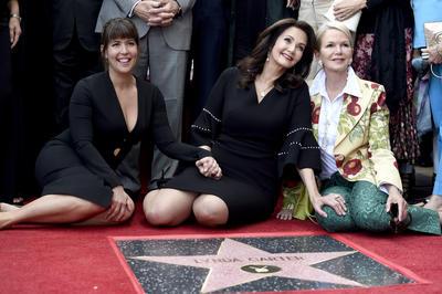 Lynda Carter (c), la directora estadounidense Patty Jenkins (i) y Blaine Trump (d) posan junto a la estrella.