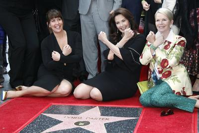 """La actriz estadounidense Lynda Carter (c), la directora estadounidense Patty Jenkins (i) y Blaine Trump (d) recrean la pose de la """"Mujer Maravilla""""."""