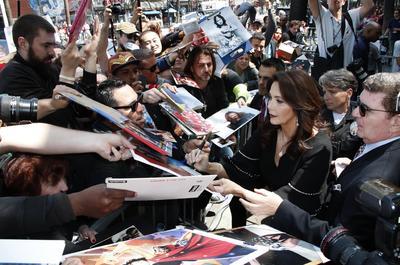 Lynda Carter firmando autógrafos.