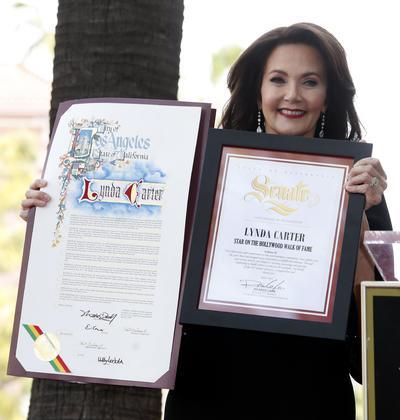 Lynda Carter con sus certificados del Paseo de la Fama.